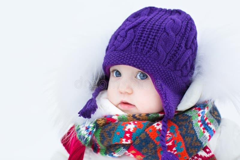 Χαριτωμένο κοριτσάκι που φορά το θερμό καπέλο και το ζωηρόχρωμο μαντίλι στοκ εικόνα με δικαίωμα ελεύθερης χρήσης
