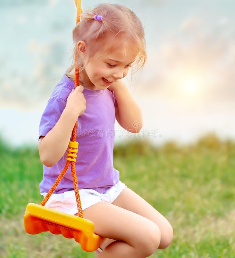 Χαριτωμένο κοριτσάκι στην ταλάντευση στοκ φωτογραφία με δικαίωμα ελεύθερης χρήσης