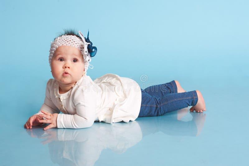 Χαριτωμένο κοριτσάκι στο δωμάτιο στοκ φωτογραφίες με δικαίωμα ελεύθερης χρήσης