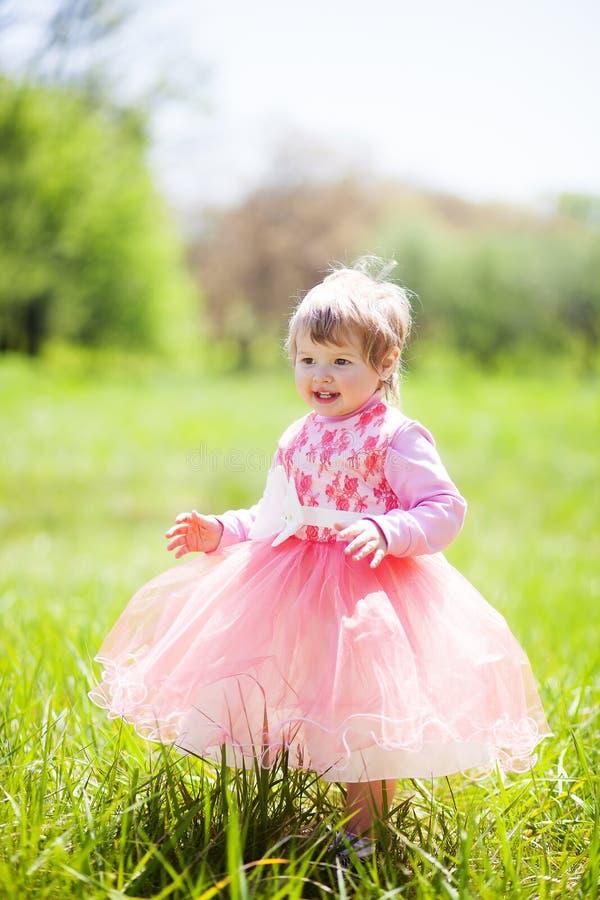 Χαριτωμένο κοριτσάκι 1-2 χρονών στο φανταχτερό φόρεμα στο πάρκο Πορτρέτο χαριτωμένου λίγο εύθυμο κορίτσι υπαίθρια στο θερμό και η στοκ εικόνα