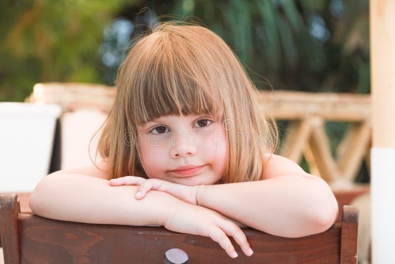 Χαριτωμένο κουρασμένο καυκάσιο μικρό κορίτσι, κινηματογράφηση σε πρώτο πλάνο υπαίθρια στοκ εικόνες
