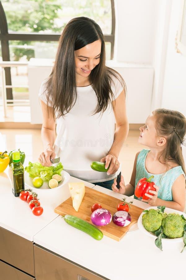 Χαριτωμένο μαγείρεμα μικρών κοριτσιών με τη μητέρα της, υγιή τρόφιμα στοκ φωτογραφίες με δικαίωμα ελεύθερης χρήσης