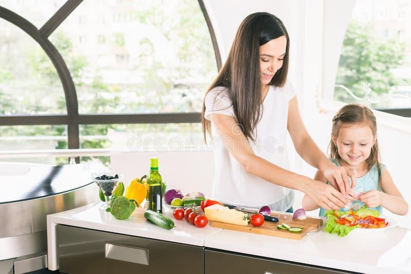 Χαριτωμένο μαγείρεμα μικρών κοριτσιών με τη μητέρα της, υγιή τρόφιμα στοκ εικόνες με δικαίωμα ελεύθερης χρήσης