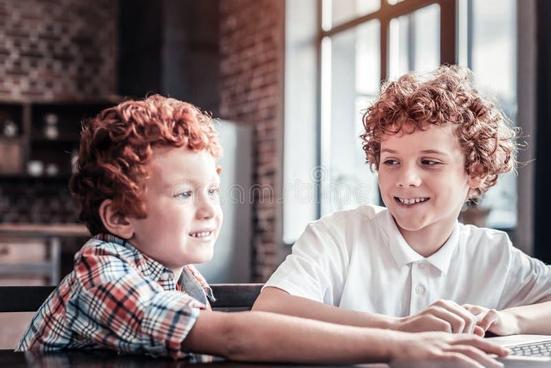 Χαριτωμένο μικρό αγόρι που μαθαίνει πώς να χρησιμοποιήσει ένα lap-top στοκ φωτογραφίες με δικαίωμα ελεύθερης χρήσης