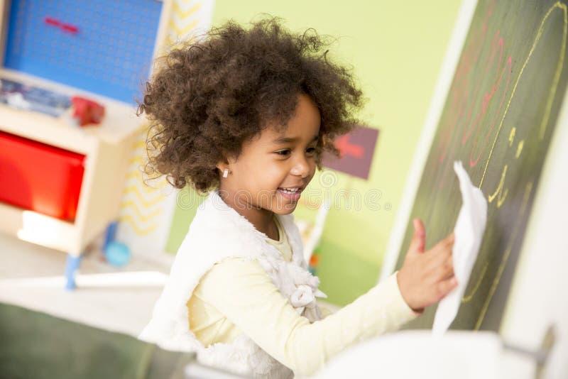 Χαριτωμένο μικρό κορίτσι αφροαμερικάνων στο χώρο για παιχνίδη στοκ φωτογραφίες με δικαίωμα ελεύθερης χρήσης