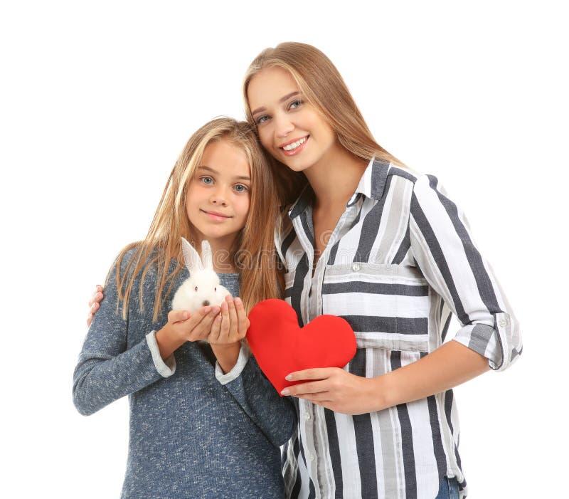 Χαριτωμένο μικρό κορίτσι και η μητέρα της με την κόκκινη καρδιά και κουνέλι στο άσπρο υπόβαθρο στοκ φωτογραφία με δικαίωμα ελεύθερης χρήσης