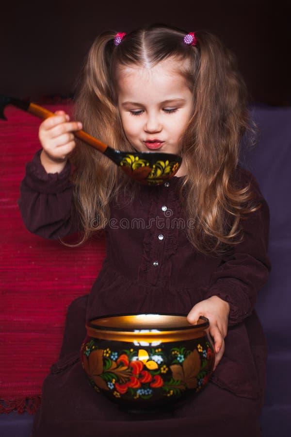 Χαριτωμένο μικρό κορίτσι με τα εθνικά πιάτα στοκ εικόνες