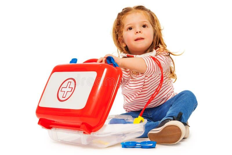 Χαριτωμένο μικρό κορίτσι με τα όργανα γιατρών παιχνιδιών στοκ φωτογραφία