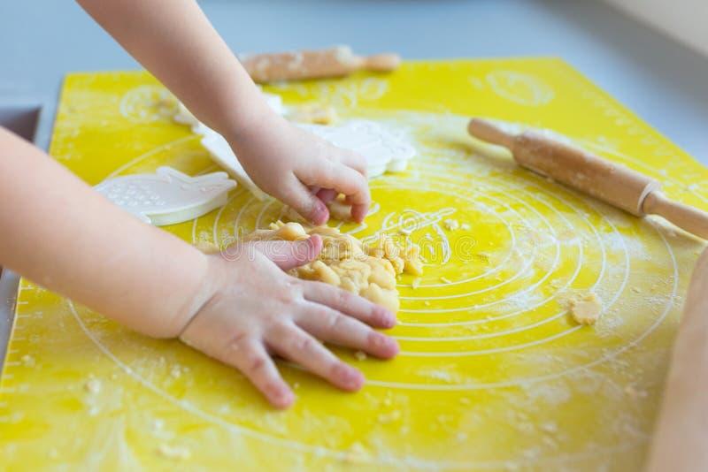 Χαριτωμένο μικρό κορίτσι με την κυλώντας καρφίτσα που προετοιμάζει τα μπισκότα στοκ εικόνες