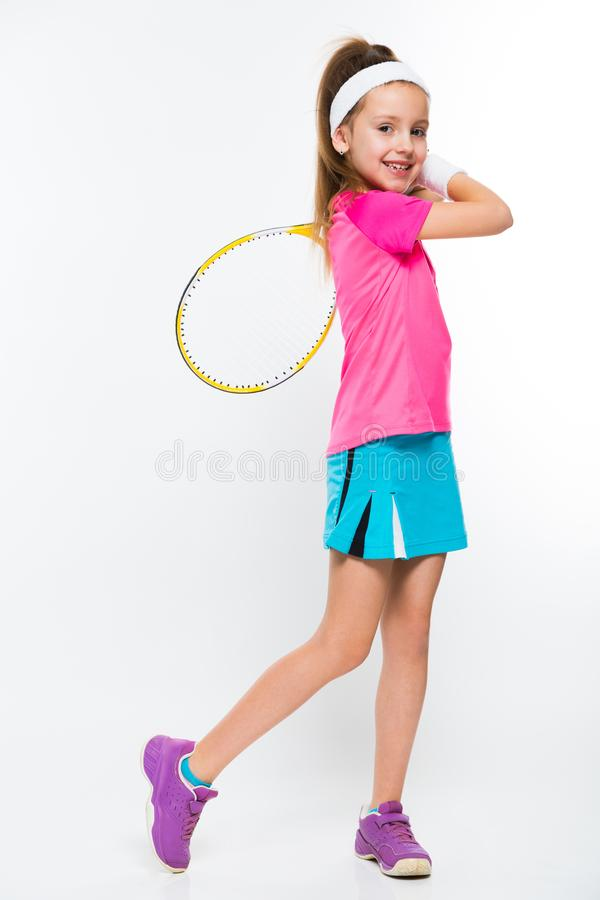 Χαριτωμένο μικρό κορίτσι με τη ρακέτα αντισφαίρισης στα χέρια της στο άσπρο υπόβαθρο στοκ φωτογραφία με δικαίωμα ελεύθερης χρήσης