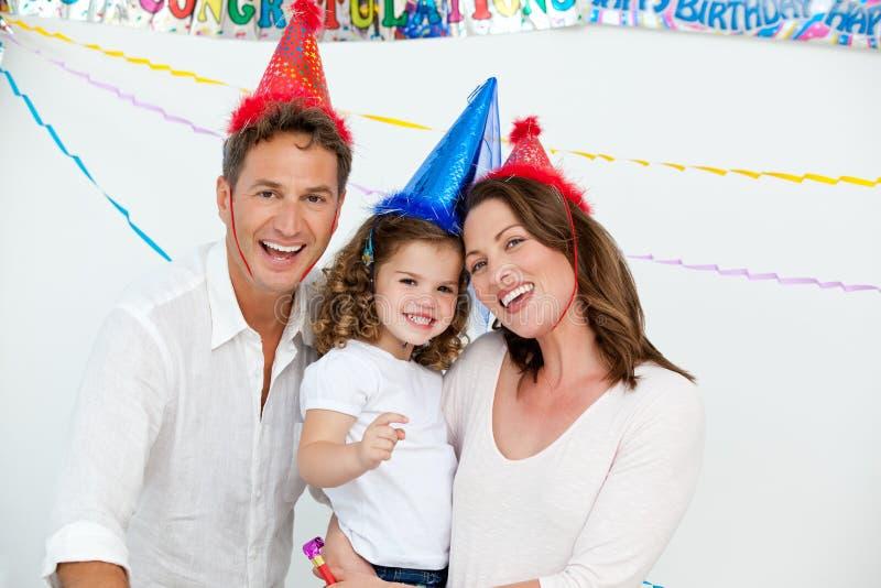 Χαριτωμένο μικρό κορίτσι με τους προγόνους της σε γενέθλια στοκ φωτογραφία με δικαίωμα ελεύθερης χρήσης