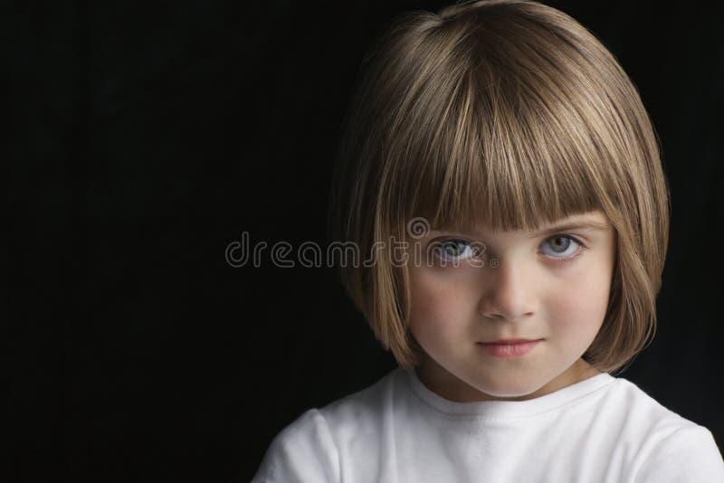 Χαριτωμένο μικρό κορίτσι με το βέβαιο βλέμμα στοκ εικόνα με δικαίωμα ελεύθερης χρήσης