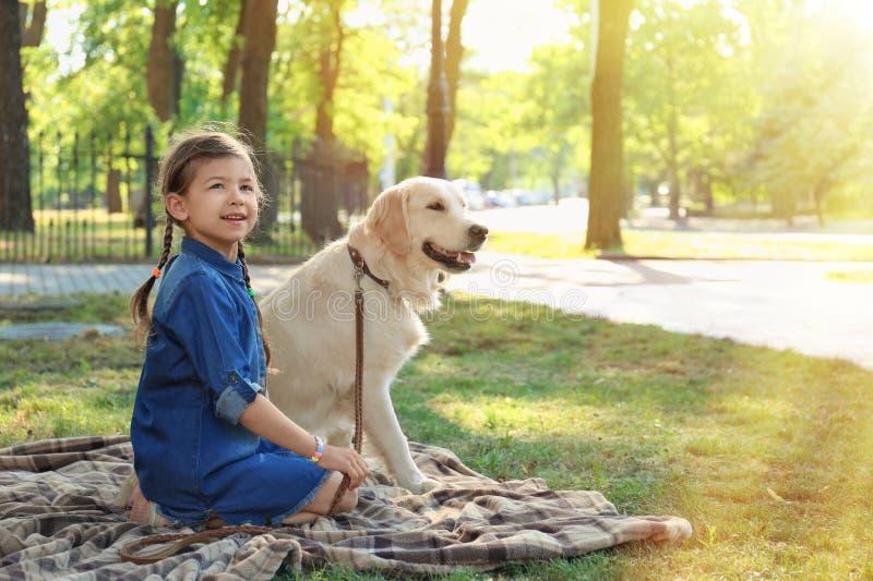 Χαριτωμένο μικρό κορίτσι με το κατοικίδιο ζώο στο πράσινο πάρκο στοκ φωτογραφία με δικαίωμα ελεύθερης χρήσης