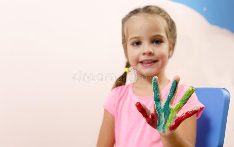 Χαριτωμένο μικρό κορίτσι με το χρωματισμένο χέρι στοκ εικόνα