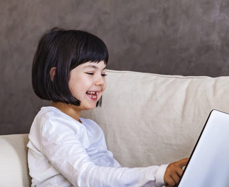 Χαριτωμένο μικρό κορίτσι με το lap-top στοκ φωτογραφία με δικαίωμα ελεύθερης χρήσης