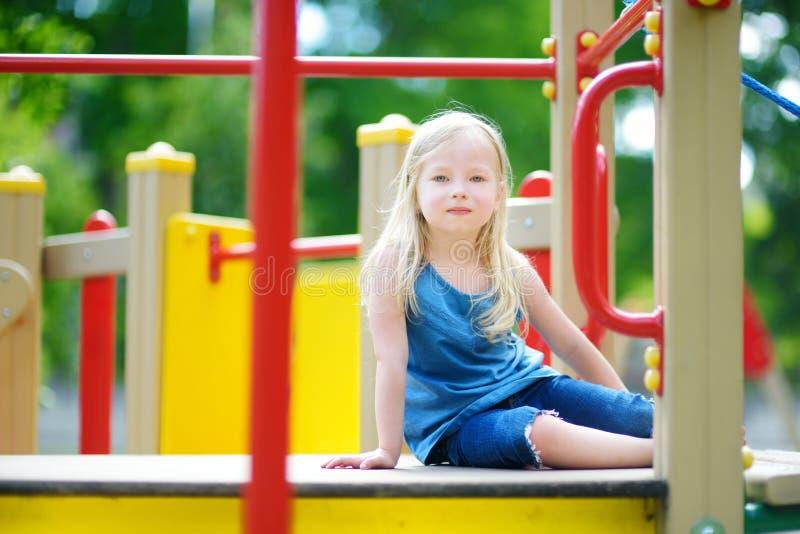 Χαριτωμένο μικρό κορίτσι που έχει τη διασκέδαση σε μια παιδική χαρά στοκ φωτογραφίες με δικαίωμα ελεύθερης χρήσης