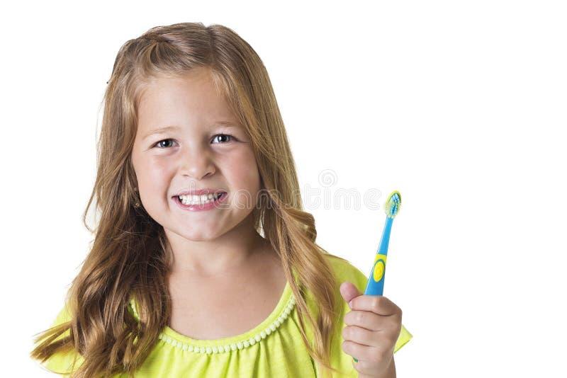 Χαριτωμένο μικρό κορίτσι που βουρτσίζει τα δόντια της στοκ εικόνα