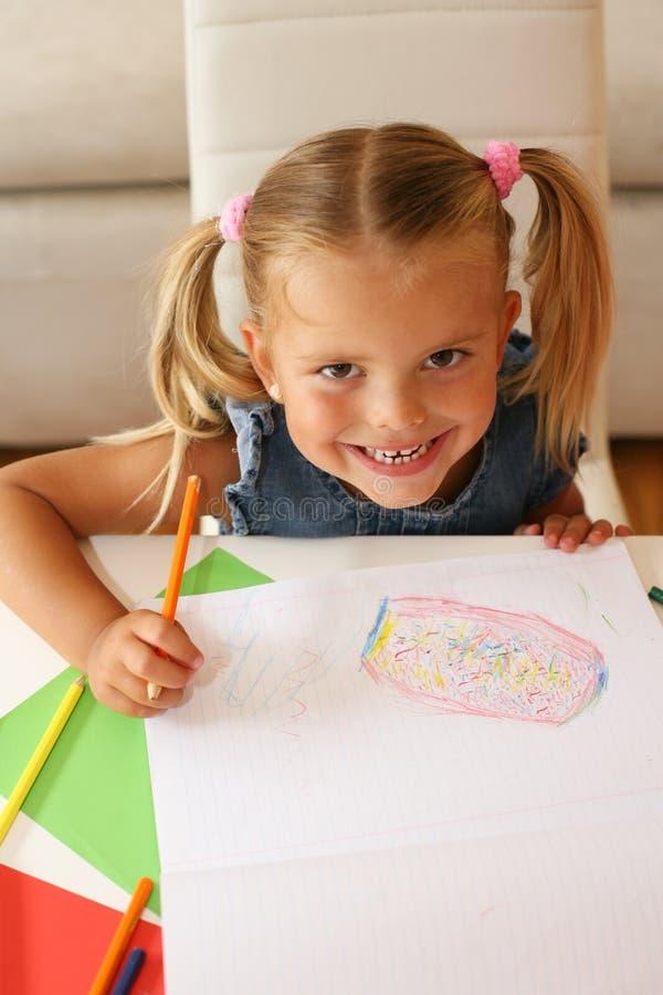 Χαριτωμένο μικρό κορίτσι που εξετάζει τη κάμερα στοκ φωτογραφία