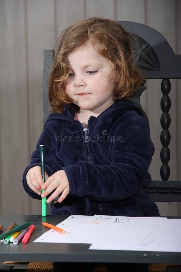 Χαριτωμένο μικρό κορίτσι που μαθαίνει να σύρει στοκ φωτογραφίες
