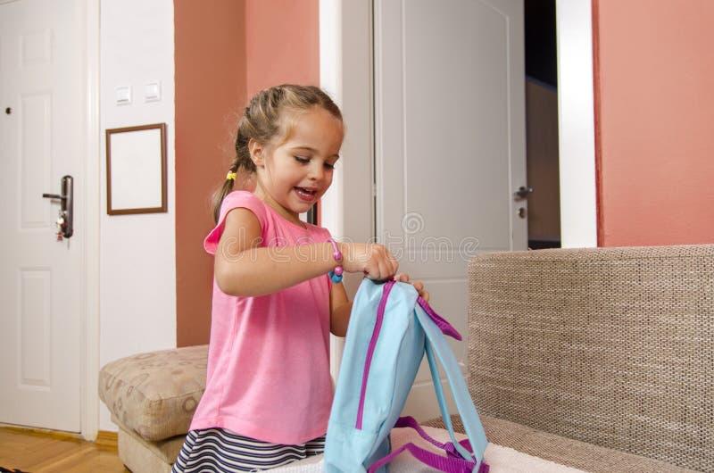 Χαριτωμένο μικρό κορίτσι που παίρνει έτοιμο για τον παιδικό σταθμό στοκ φωτογραφίες με δικαίωμα ελεύθερης χρήσης