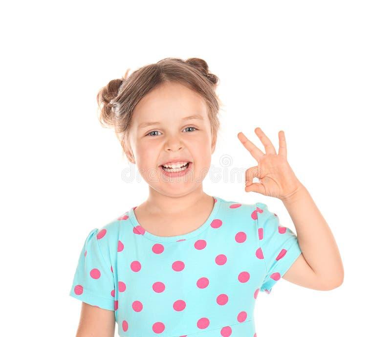 Χαριτωμένο μικρό κορίτσι που παρουσιάζει ΕΝΤΑΞΕΙ χειρονομία στο άσπρο υπόβαθρο στοκ φωτογραφία με δικαίωμα ελεύθερης χρήσης