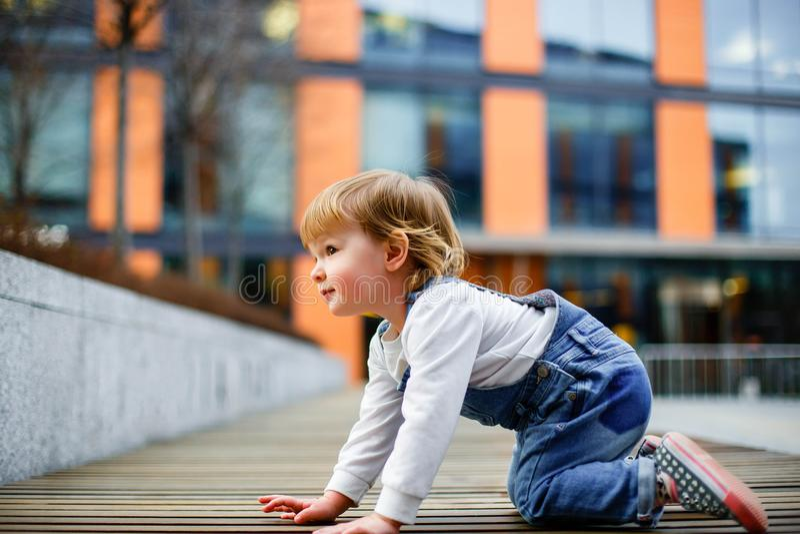 Χαριτωμένο μικρό κορίτσι που σέρνεται στο πάτωμα στοκ εικόνα