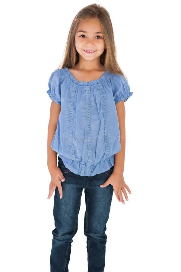 Χαριτωμένο μικρό κορίτσι που στέκεται και που χαμογελά στη κάμερα στοκ εικόνα με δικαίωμα ελεύθερης χρήσης