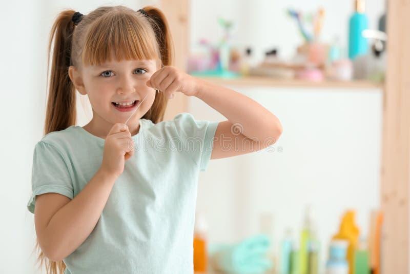 Χαριτωμένο μικρό κορίτσι που τα δόντια της στο λουτρό στοκ εικόνα