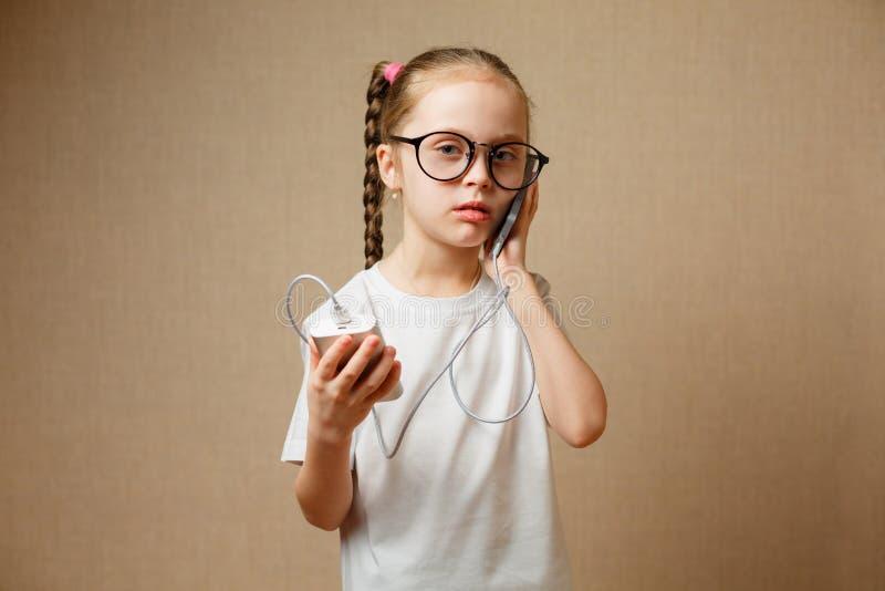 Χαριτωμένο μικρό κορίτσι που χρησιμοποιεί σύγχρονο Smartphone στοκ φωτογραφία με δικαίωμα ελεύθερης χρήσης