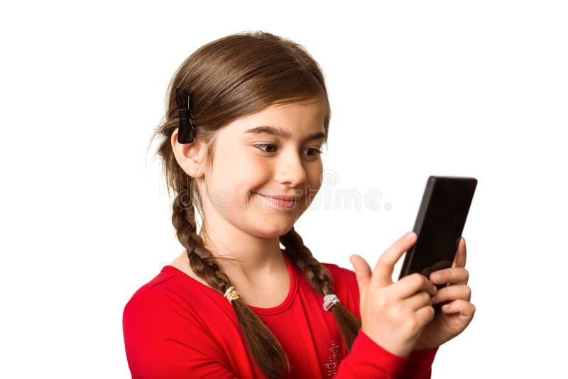 Χαριτωμένο μικρό κορίτσι που χρησιμοποιεί το smartphone στοκ εικόνες με δικαίωμα ελεύθερης χρήσης