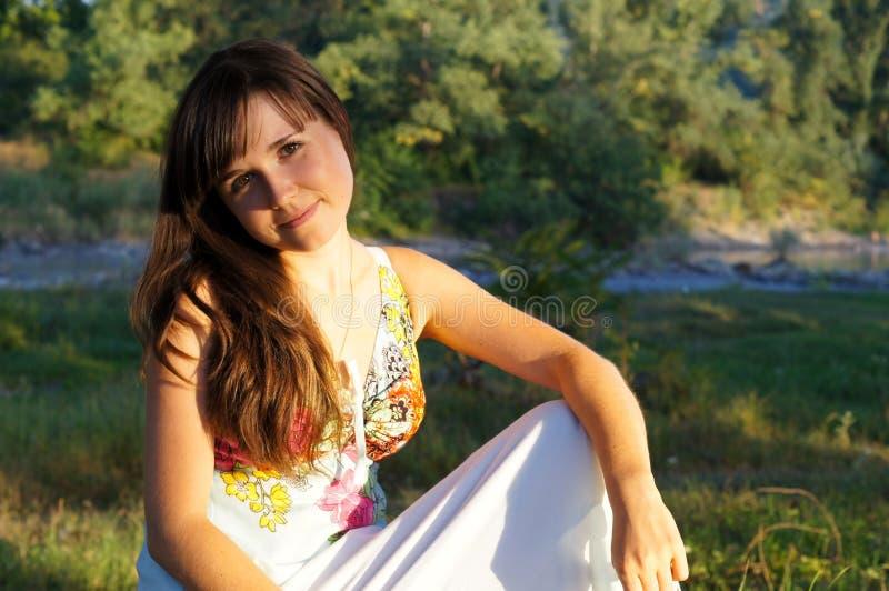 Χαριτωμένο μικρό κορίτσι σε έναν περίπατο στο πάρκο στοκ φωτογραφίες