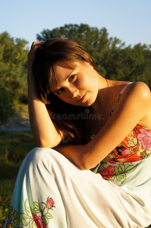 Χαριτωμένο μικρό κορίτσι σε έναν περίπατο στο πάρκο στοκ φωτογραφία με δικαίωμα ελεύθερης χρήσης