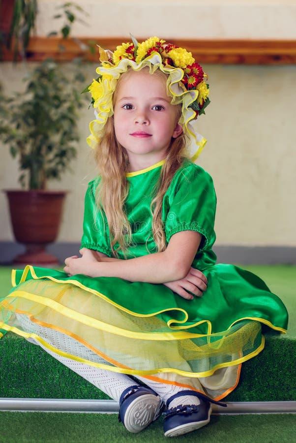 Χαριτωμένο μικρό κορίτσι σε ένα κοστούμι στοκ εικόνες