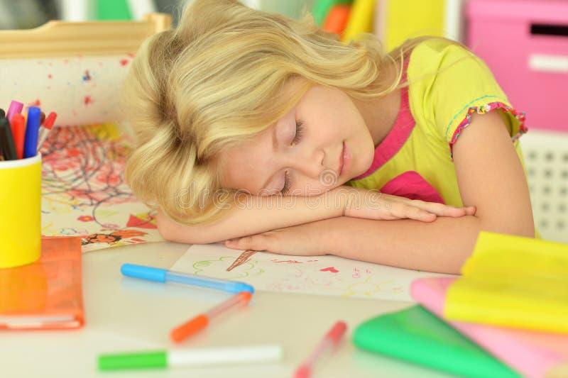 Χαριτωμένο μικρό κορίτσι στην τάξη στοκ φωτογραφία