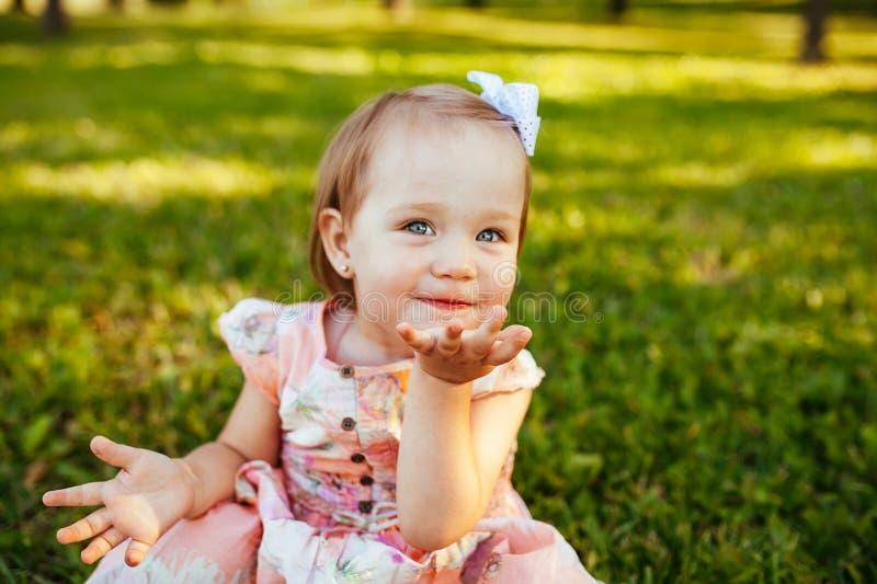 Χαριτωμένο μικρό κορίτσι στο λιβάδι στη θερινή ημέρα στοκ φωτογραφίες με δικαίωμα ελεύθερης χρήσης