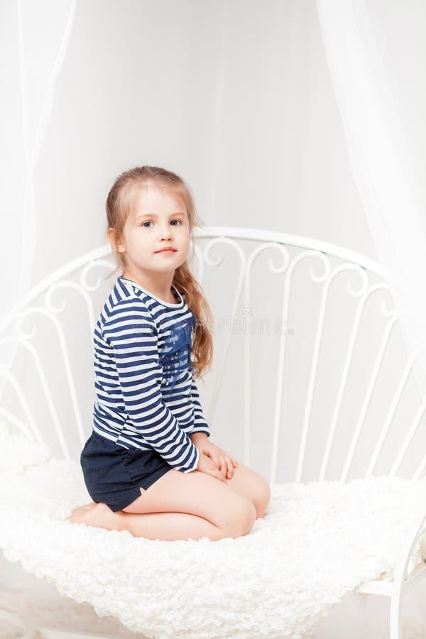 Χαριτωμένο μικρό κορίτσι στο ριγωτό πουκάμισο στοκ φωτογραφίες
