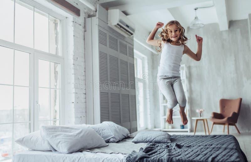 Χαριτωμένο μικρό κορίτσι στο σπίτι στοκ φωτογραφία με δικαίωμα ελεύθερης χρήσης