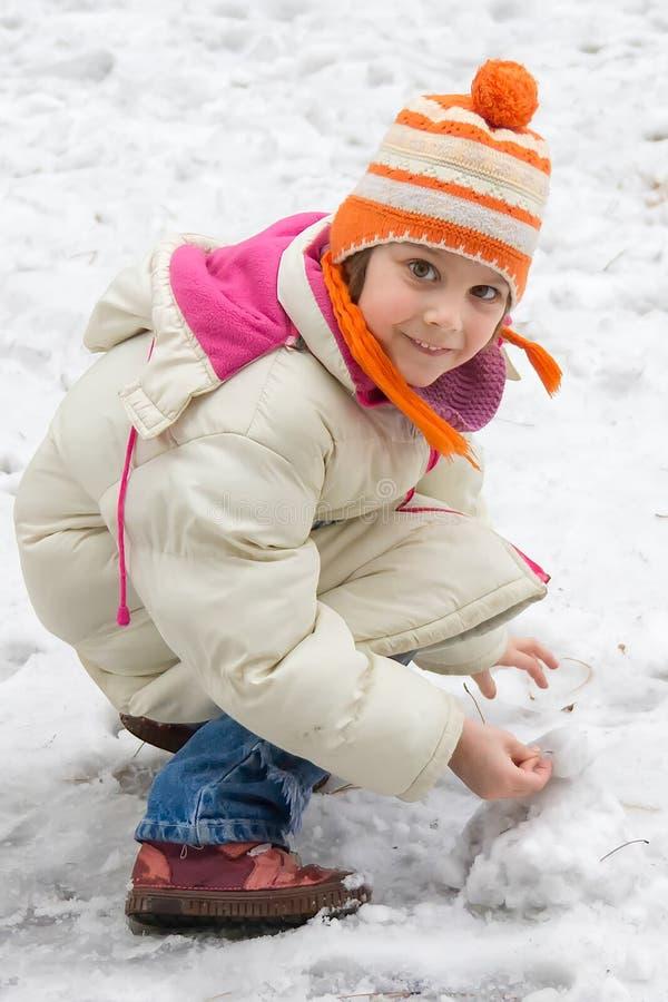 Χαριτωμένο μικρό κορίτσι στο χιόνι στοκ εικόνα
