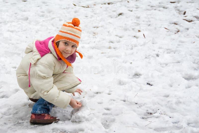 Χαριτωμένο μικρό κορίτσι στο χιόνι στοκ φωτογραφίες με δικαίωμα ελεύθερης χρήσης