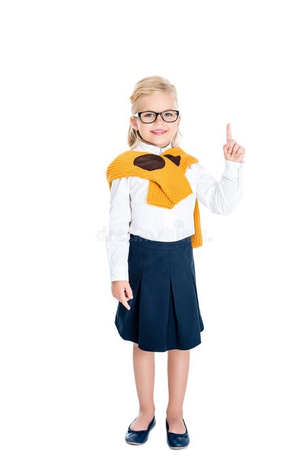 χαριτωμένο μικρό κορίτσι eyeglasses που δείχνουν επάνω με το δάχτυλο και που χαμογελούν στη κάμερα στοκ φωτογραφίες με δικαίωμα ελεύθερης χρήσης