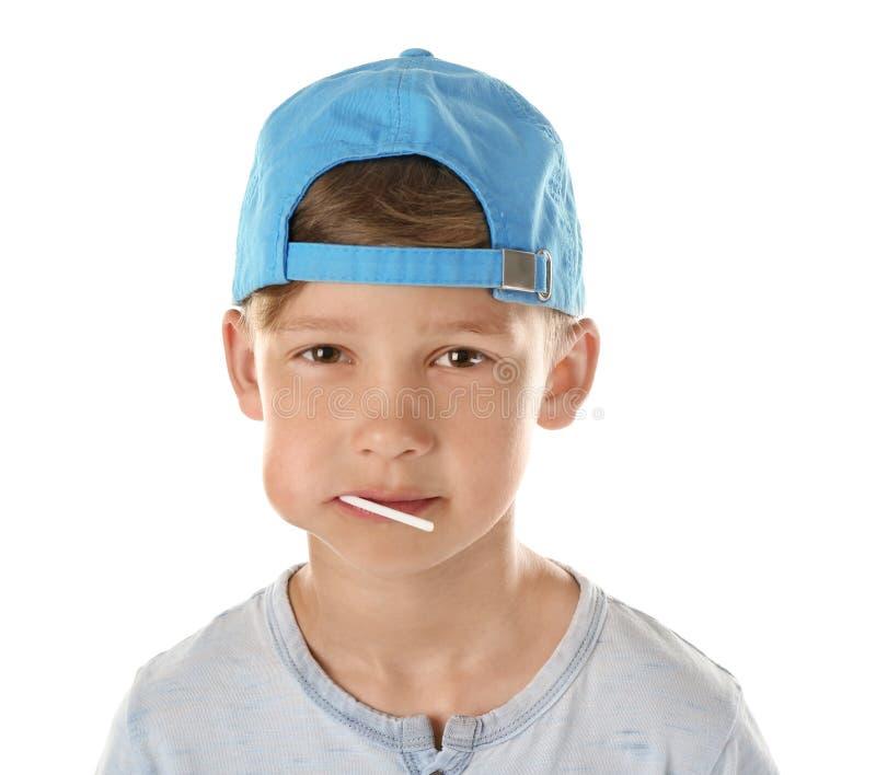 Χαριτωμένο μικρό παιδί με το lollipop στο στόμα στο άσπρο υπόβαθρο στοκ εικόνα
