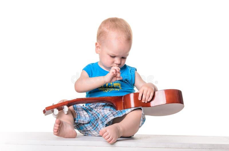 Χαριτωμένο μικρό παιδί με την κιθάρα στοκ εικόνα με δικαίωμα ελεύθερης χρήσης