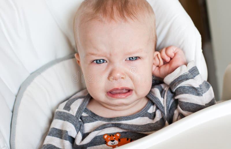 Χαριτωμένο μικρό παιδί που φωνάζει κρατώντας το αυτί του στοκ φωτογραφίες με δικαίωμα ελεύθερης χρήσης