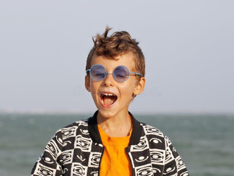 Χαριτωμένο μικρό παιδί seacoast στα clothers μόδας στοκ φωτογραφία