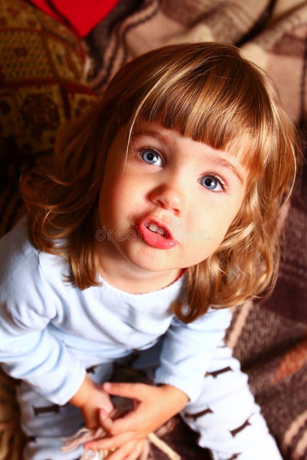 Χαριτωμένο μωρό σε ένα άνετο εσωτερικό στοκ φωτογραφία με δικαίωμα ελεύθερης χρήσης