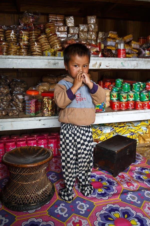 Χαριτωμένο νέο βιρμανός αγόρι στο κράτος πηγουνιών στοκ φωτογραφίες με δικαίωμα ελεύθερης χρήσης