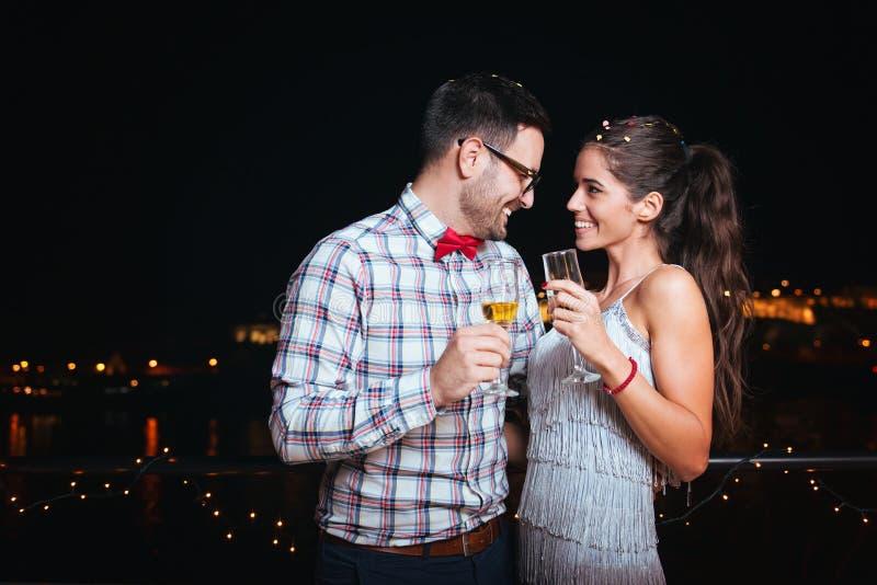 Χαριτωμένο, νέο, κομψό ζεύγος που έχει τη διασκέδαση, εορτασμός στοκ φωτογραφίες