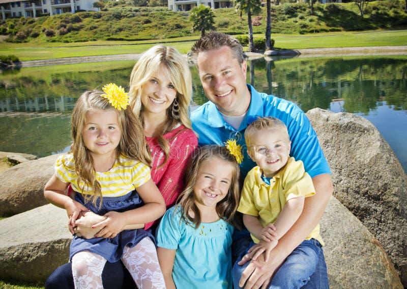 Χαριτωμένο νέο οικογενειακό πορτρέτο στοκ εικόνα