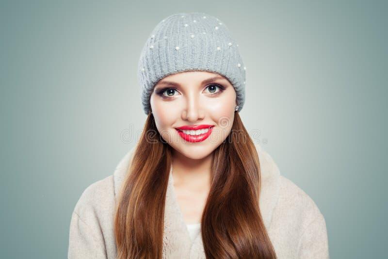 Χαριτωμένο νέο πορτρέτο γυναικών Αρκετά πρότυπο κορίτσι στο καπέλο στο γκρίζο υπόβαθρο στοκ φωτογραφία με δικαίωμα ελεύθερης χρήσης