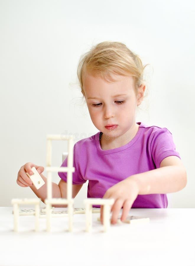 Χαριτωμένο ντόμινο παιχνιδιού μικρών κοριτσιών στοκ εικόνες με δικαίωμα ελεύθερης χρήσης